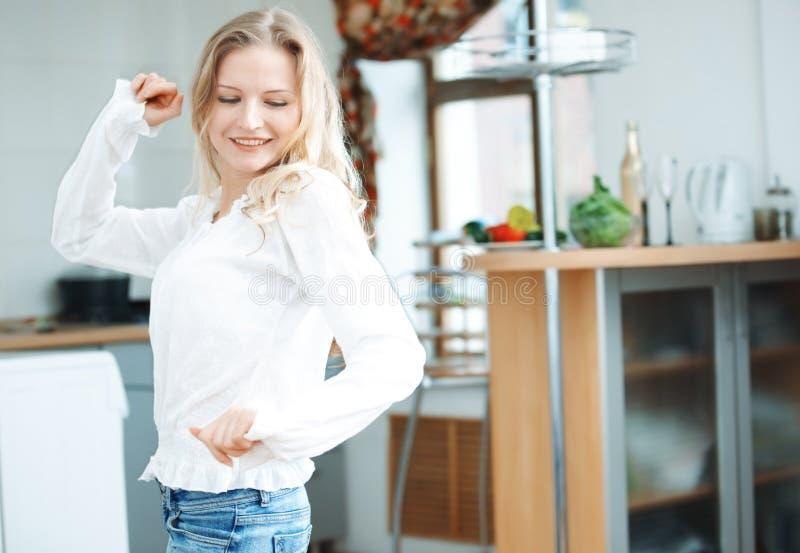 Танцевать на кухне стоковое фото rf