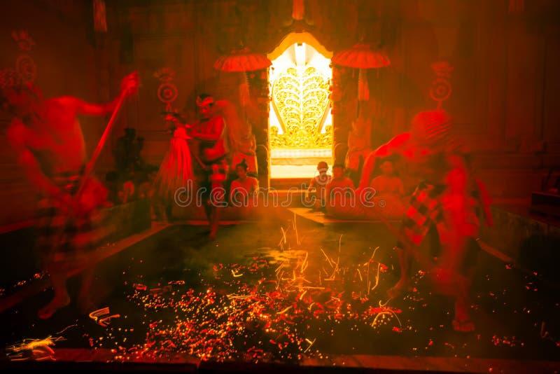 Танцоры выполняя традиционный балийский огонь транса Kecak танцуют стоковая фотография