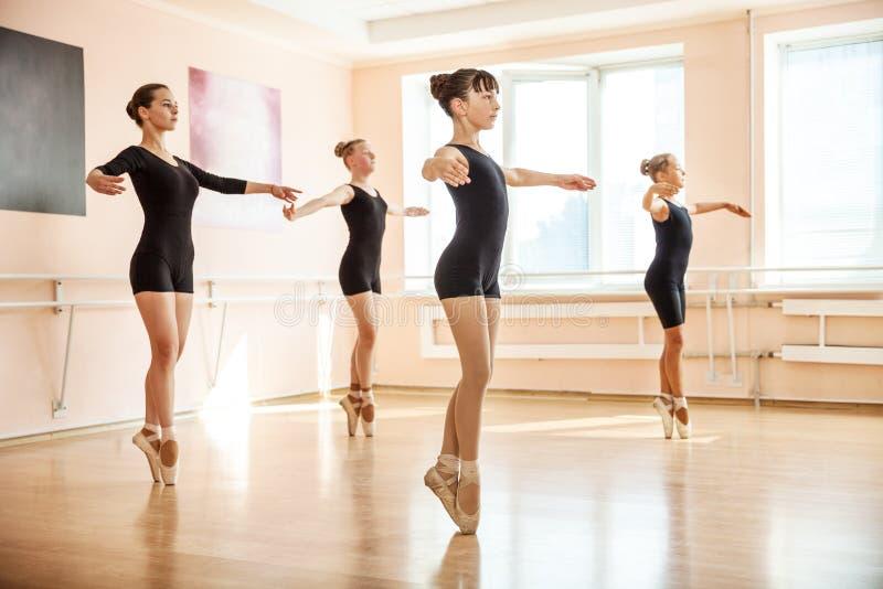 Танцоры в классе балета стоковое фото rf