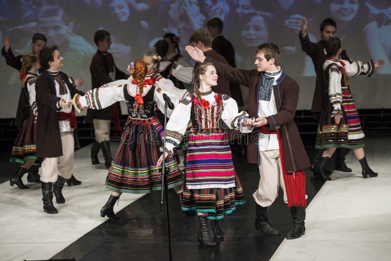 Танцоры группы танца Chodowiacy выполняют на этапе стоковые фотографии rf