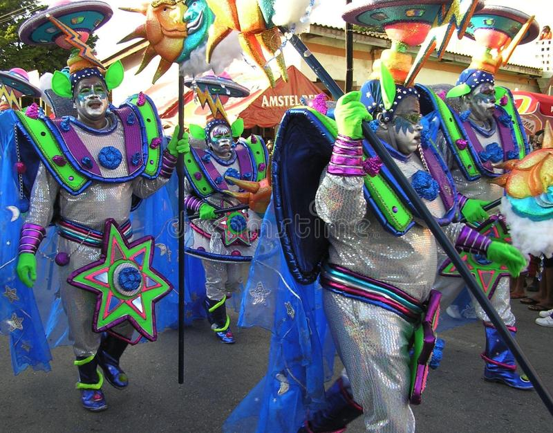 Танцоры на масленице в костюмах чужеземцев от космоса 3-ье февраля 2008 стоковые фото