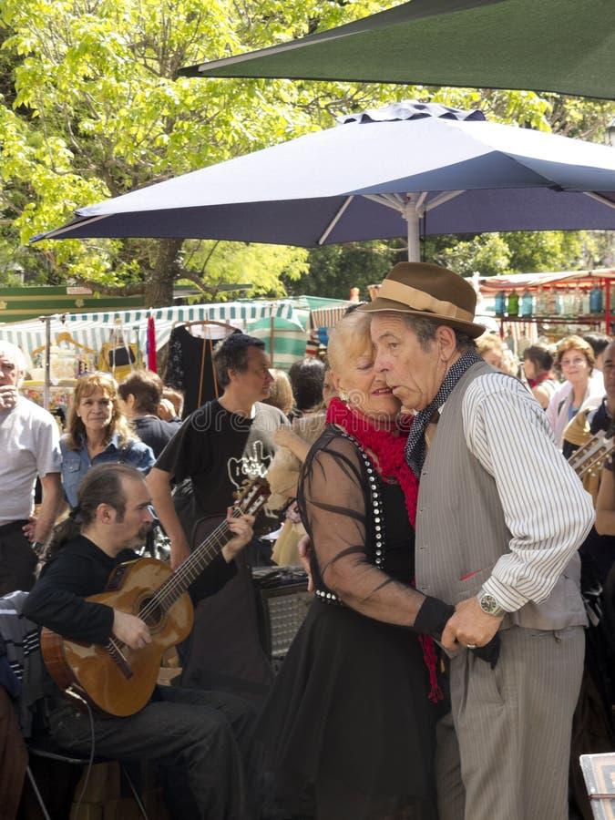 Танцоры танго выполняют в Сан Telmo стоковые изображения