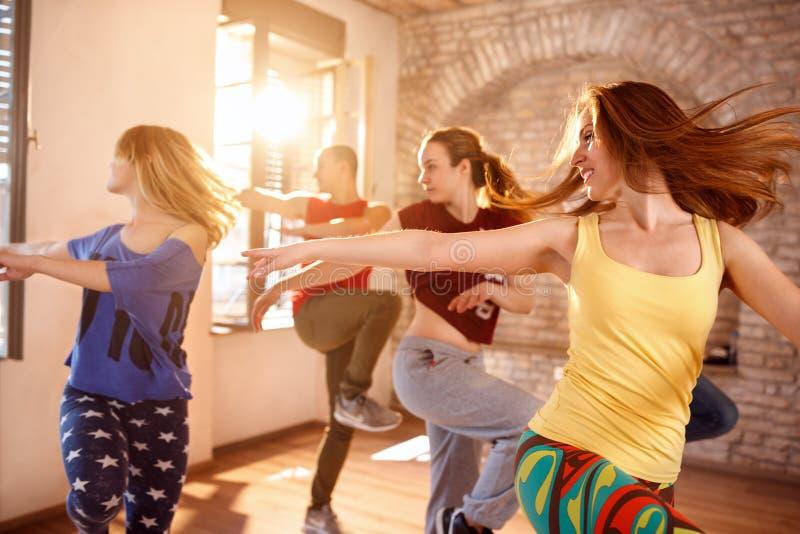 Танцоры танцуя в студии танцев стоковое фото rf