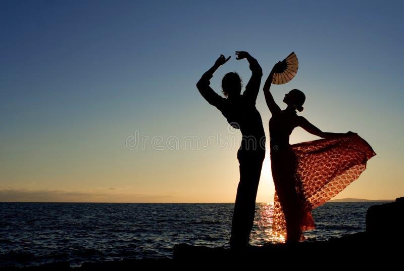 танцоры танцуя испанские языки flamenco стоковое изображение
