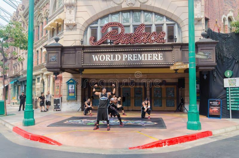 Танцоры экипажа Rockafells B-Boying на театре мировой премьеры расположенном внутри студия Universal на острове Sentosa, Сингапур стоковое фото rf