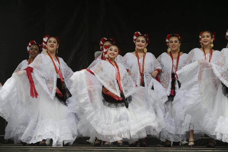 Танцоры Folklorico стоковые фото
