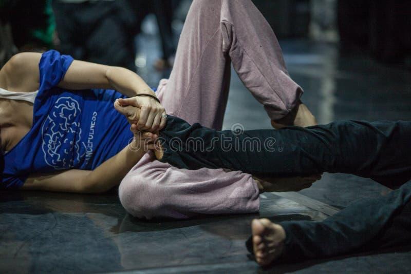 Танцор выполняет bodywork стоковое изображение