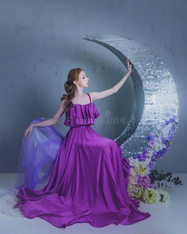 Танцор в красивом платье стоковое изображение rf