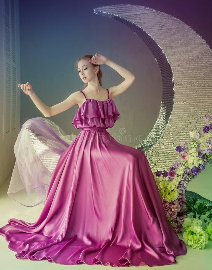 Танцор в красивом платье стоковое изображение