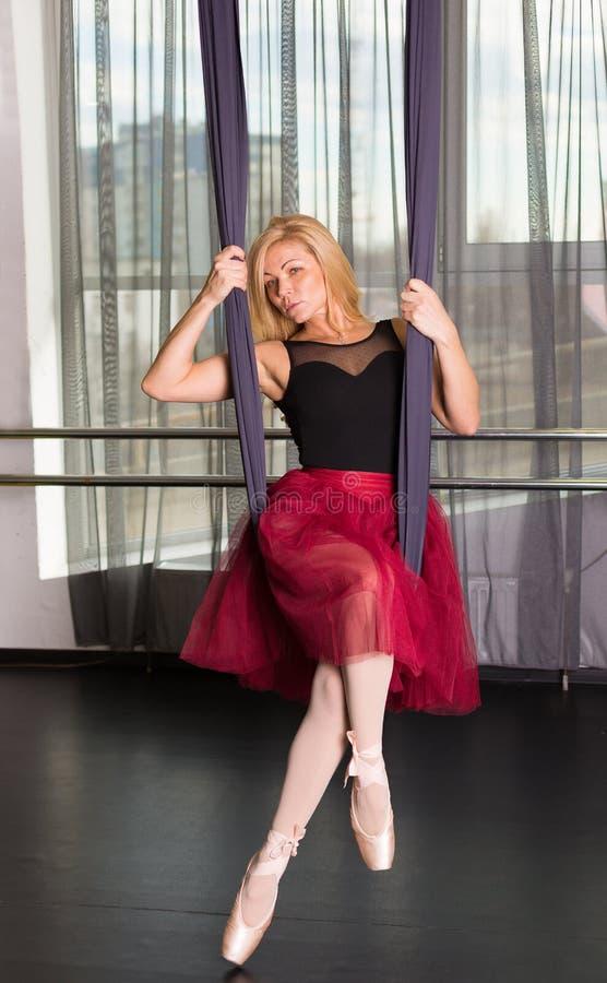 Танцор в студии стоковое фото