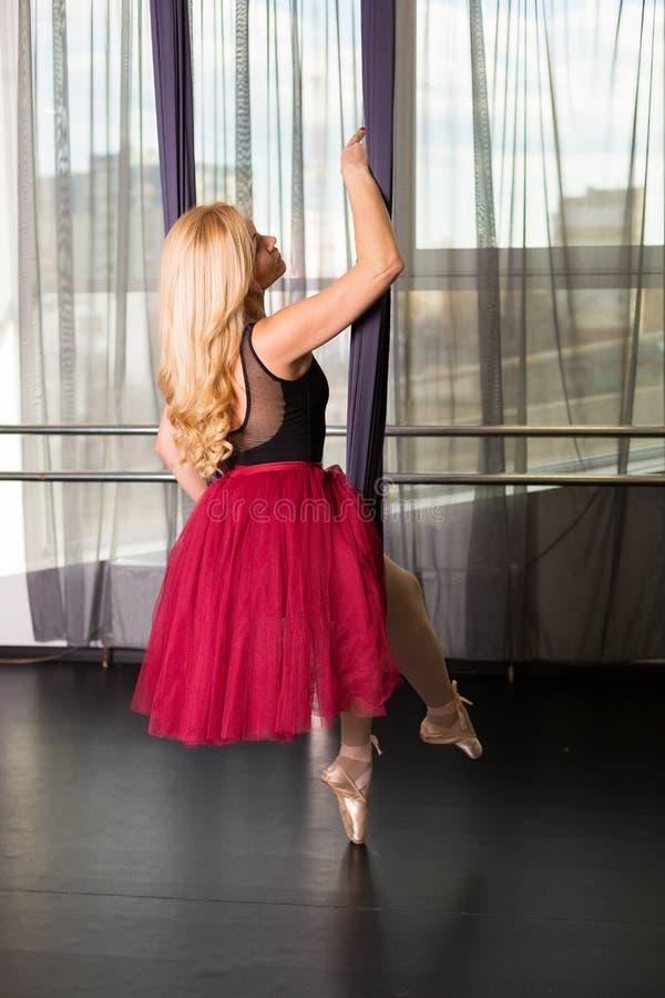 Танцор в студии стоковая фотография