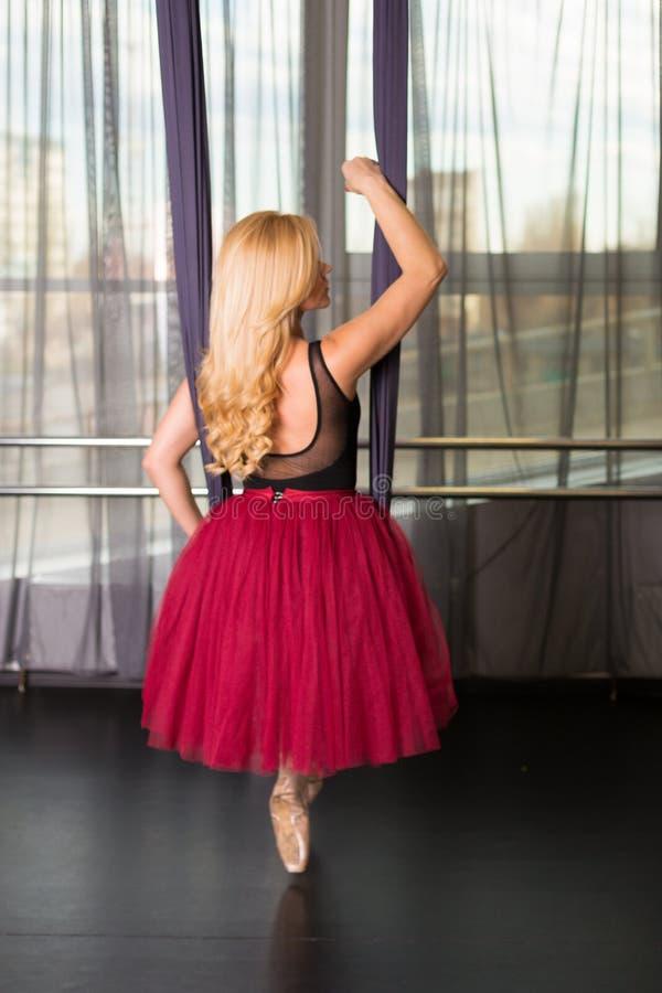 Танцор в студии стоковая фотография rf