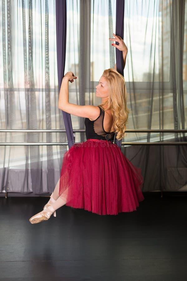 Танцор в студии стоковое фото rf