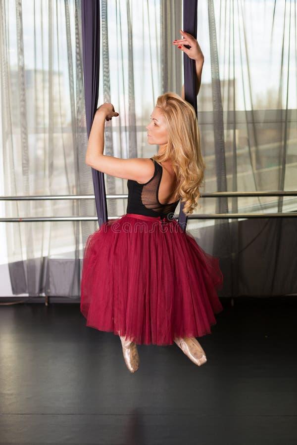Танцор в студии стоковое изображение rf
