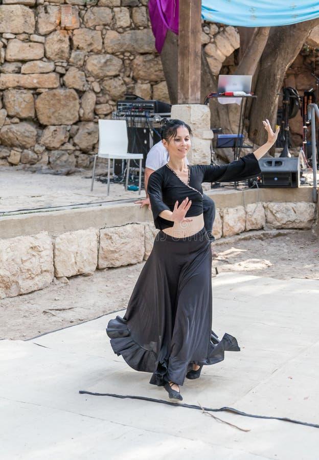 Танцор в черном подлинном платье танцует к музыке для посетителей на ` рыцарей Иерусалима ` фестиваля ежегодника стоковое изображение rf