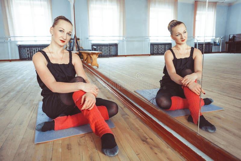 Танцор делает подогрев стоковые фотографии rf