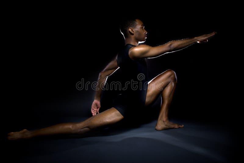 Танцор демонстрируя гибкость стоковые изображения rf