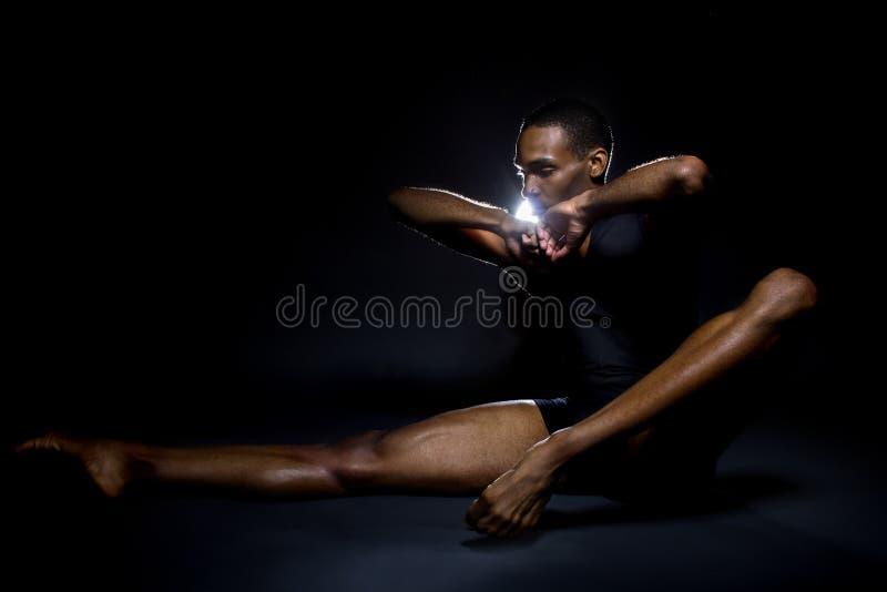 Танцор демонстрируя гибкость стоковое фото