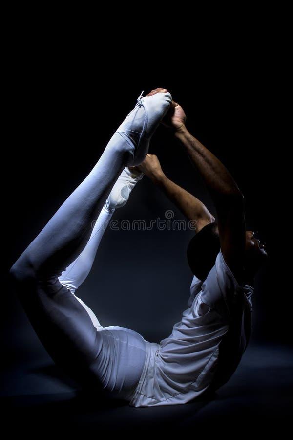 Танцор демонстрируя гибкость стоковые изображения