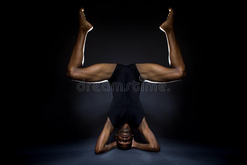 Танцор демонстрируя гибкость стоковое фото rf