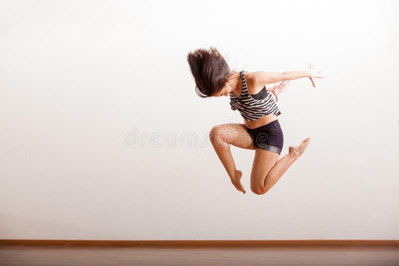 Танцор джаза выполняя скачку стоковые фотографии rf