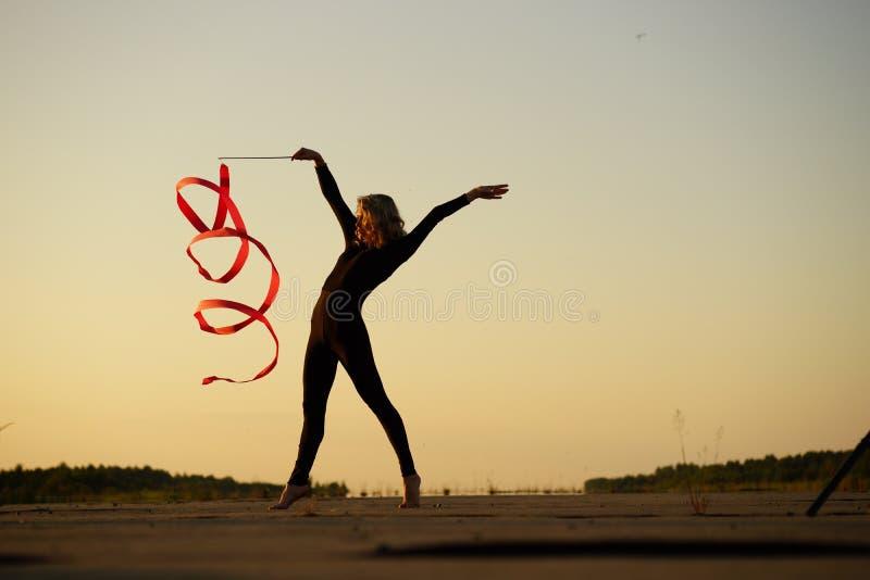 Танцор женщины представляя с лентой стоковое фото