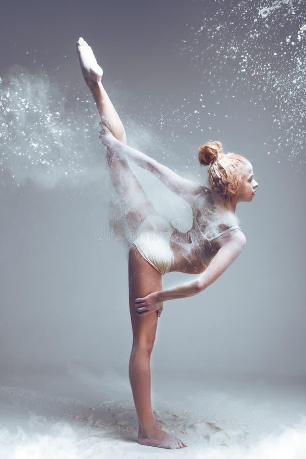 Танцор женщины фитнеса в пыли/тумане стоковое фото rf