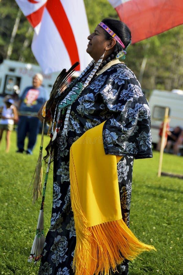 Танцор женщины Micmac коренного американца стоковое фото rf