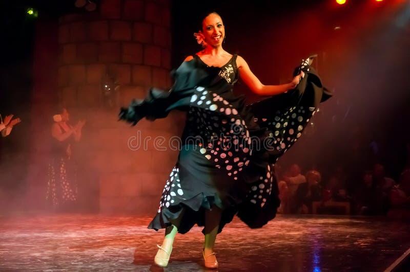 Танцор известного испанского фламенко народного танца в замке San Miguel во время шоу танца для туристов стоковое фото rf