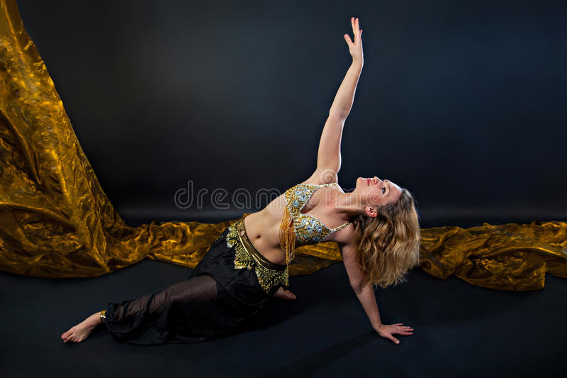 Танцор красивого живота белокурый в костюме стоковая фотография