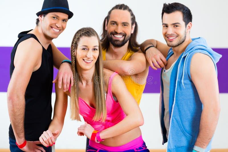 Download Танцор на тренировке фитнеса Zumba в студии танца Стоковое Изображение - изображение насчитывающей самомоднейше, аэрозоля: 40586085