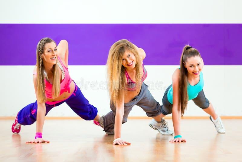 Танцор на тренировке фитнеса Zumba в студии танца стоковое фото