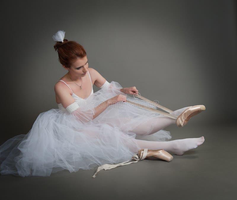 Танцор носит pointes стоковое изображение