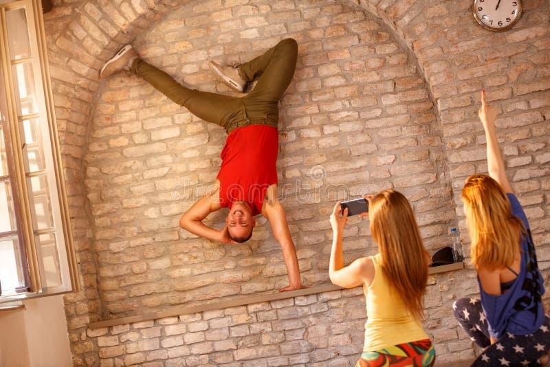 Танцор пролома делая одно вручил handstand стоковое изображение