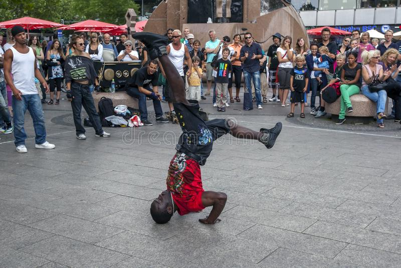 Танцор рэпа выполняя в парке стоковая фотография