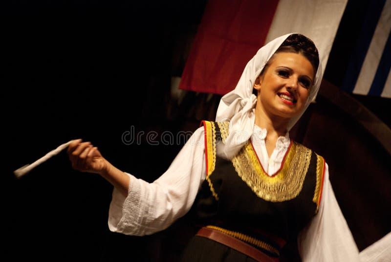 Танцор сербской женщины фольклорный изолированный на черноте стоковое фото