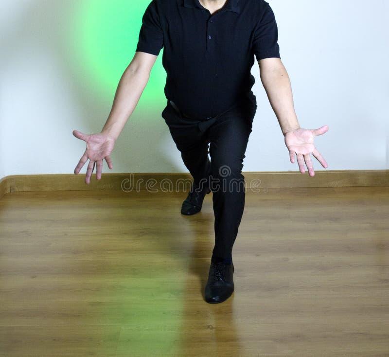 Танцор с латинскими диаграммами танца стоковое изображение rf