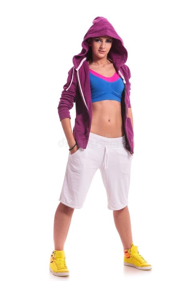 Танцор с hoodie и руками в карманн стоковое фото rf
