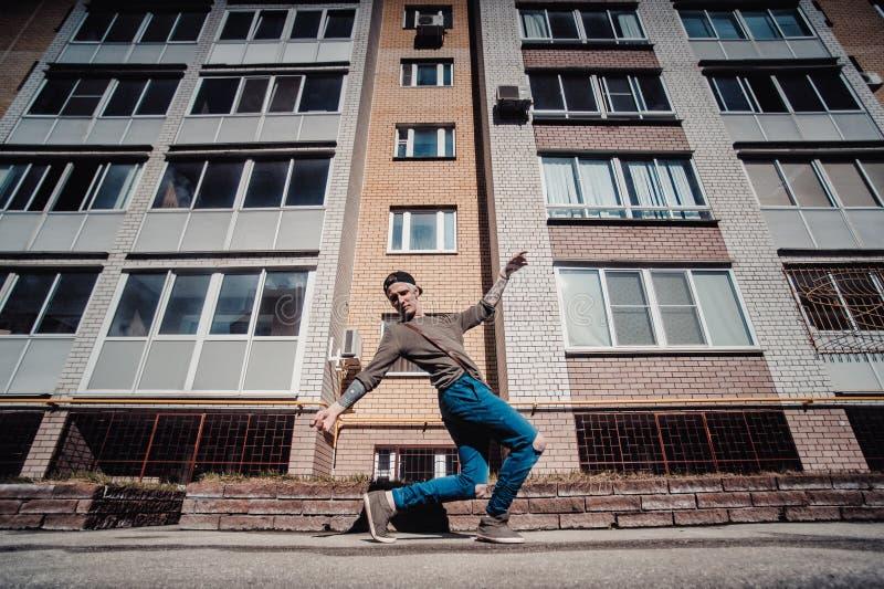 Танцор танцует на улице стоковые фото
