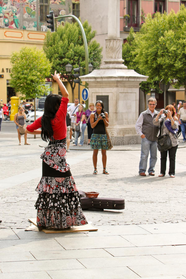 Download Танцор фламенко на Sreet Мадрида Редакционное Стоковое Изображение - изображение насчитывающей представление, madrid: 37925934