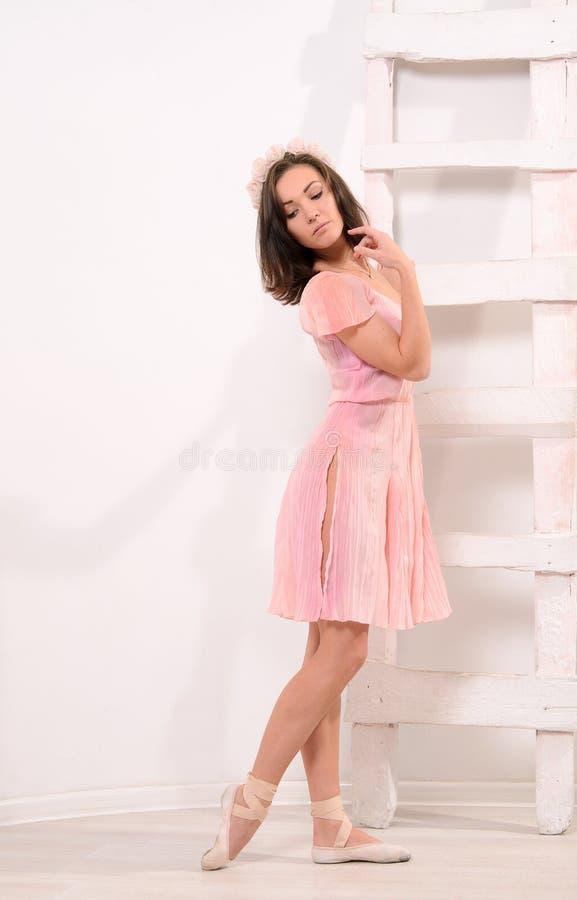 Танцор чувственного балета женский на лестнице стоковая фотография rf