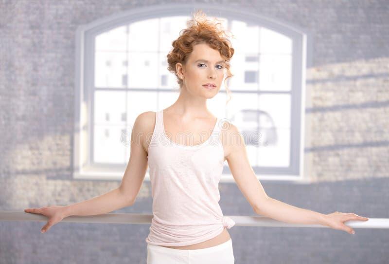 танцор штанги практикуя милое положение стоковая фотография