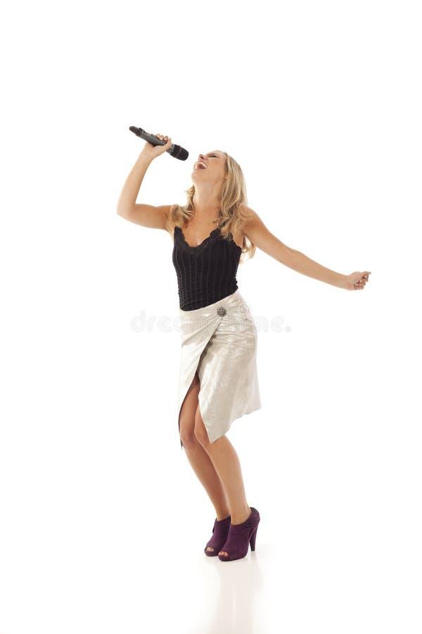 танцуя детеныши женщины петь стоковое изображение