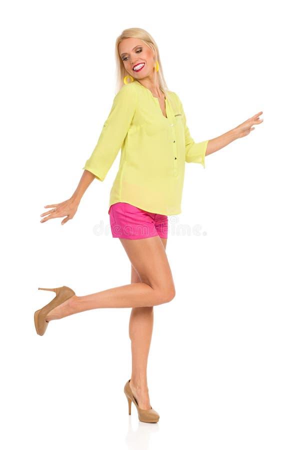 Танцуя женщина в живых одеждах и высоких пятках стоковая фотография rf