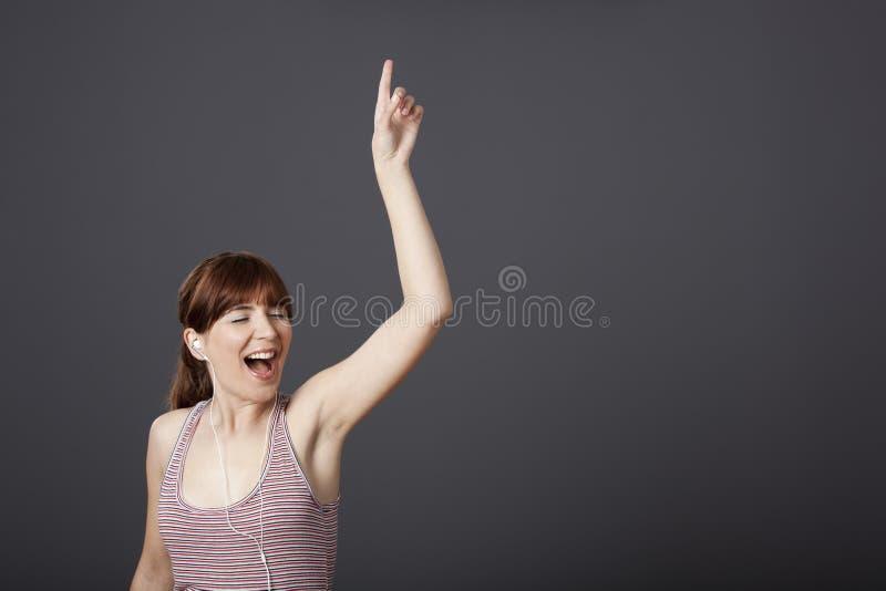 Download танцуя петь стоковое изображение. изображение насчитывающей backhoe - 18384103