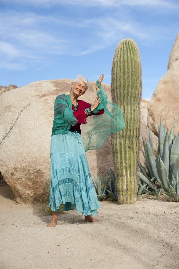 танцуя старшая женщина стоковое фото