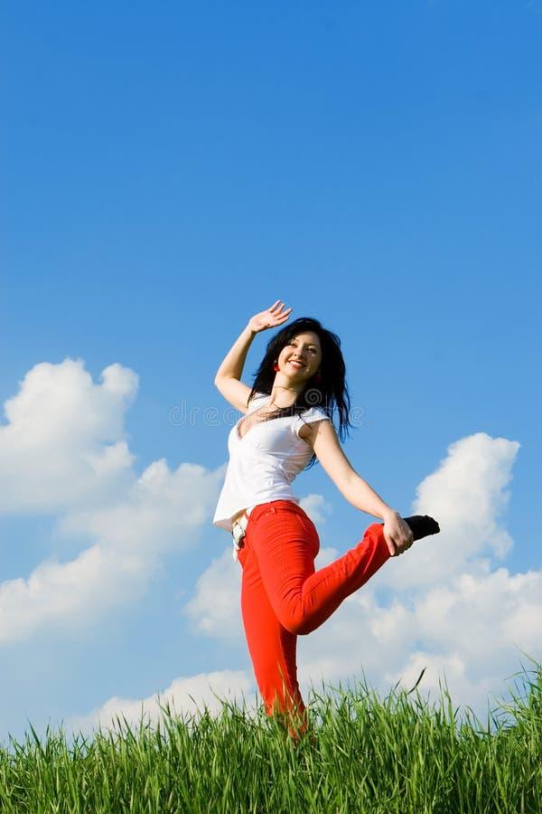 танцуя счастливые детеныши женщины стоковая фотография