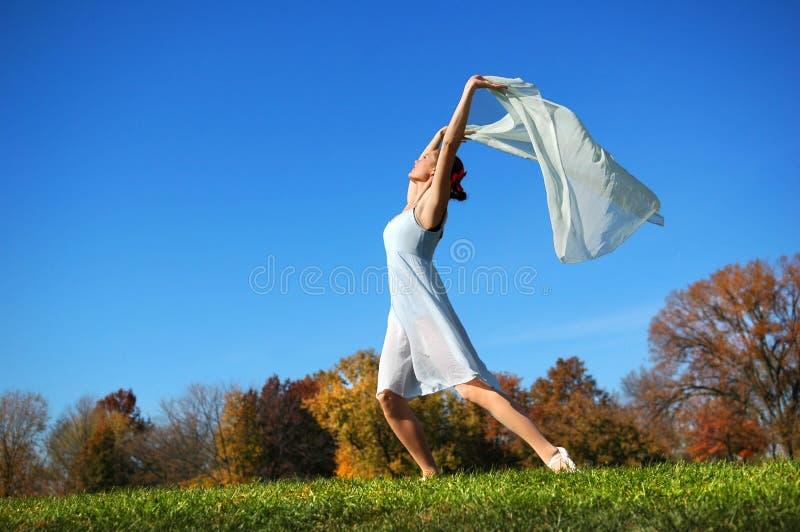 Танцы балерины в поле стоковые фото