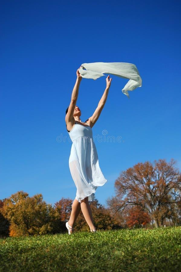 Танцы балерины снаружи стоковые изображения