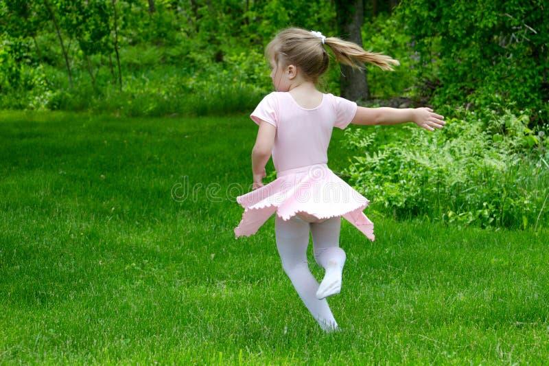 Танцы балерины в саде стоковое изображение